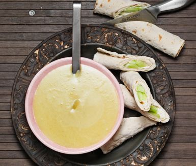 Här är ett snabblagat och underbart recept på en potatis- och purjolökssoppa med tunnbrödsrulle. Soppan har en len, god smak och tillsammans med tunnbrödsrullarna med pepparrotsost har du en fullständig och mycket god lunch eller middag.