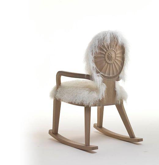 Превратить китч в произведение искусства – задача, с которой в компании Fratelli Boffi справляются играючи. В новой коллекции After Adam дизайнеры пофантазировали с английской мебелью второй половины XVIII века. Из классического кресла с круглой спинкой создали подобие «бабушкиного» кресла-качалки. #objektrussia #design #furniture
