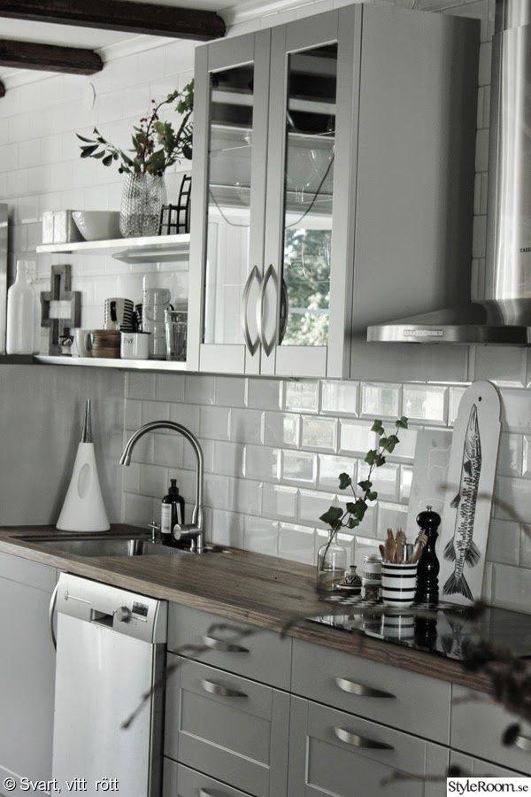 industristil,diskbänk,bänkskiva,hth kök,vitt kakel,grått kök,vattenkanna,skärbräda,vitrinskåp,puegoeot pepparkvarn,kök