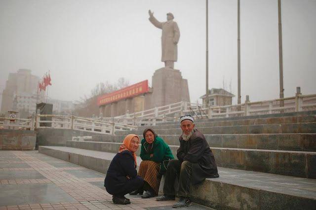 """China paksa Muslim Uighur """"kultuskan"""" bendera  potret muslim Uighur di Xinjiang Cina Reuters)  China mengklaim tengah menghadapi ancaman serius ekstremis Islam di wilayah Xinjiang. Beijing menuduh kelompok separatis dari etnis minoritas Muslim Uighur menyebar ketegangan pada etnik mayoritas Han serta ada rencana serangan. Media rezim Komunis mengatakan langkah-langkah keamanan telah diambil. Seperti menempatkan pos-pos polisi baru di sudut jalan bertujuan agar semua orang merasa aman. Namun…"""