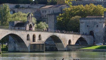 Avignon (Vaucluse) : Pont Saint Bénezet. Edifié au XIIe siècle par un jeune berger du Vivarais, Bénezet, sur ordre céleste (d'après la légende). Achevé en 1185, il constituait le premier passage sur le Rhône entre Lyon et la mer, le pont s'étire alors sur environ 900 mètres et compte quelques 22 arches. Démantelé en 1226, reconstruit et plusieurs fois emporté par le Rhône, son utilisation est abandonné au XVIIe siècle. Il comporte aujourd'hui quatre arches et une chapelle dédié à saint…