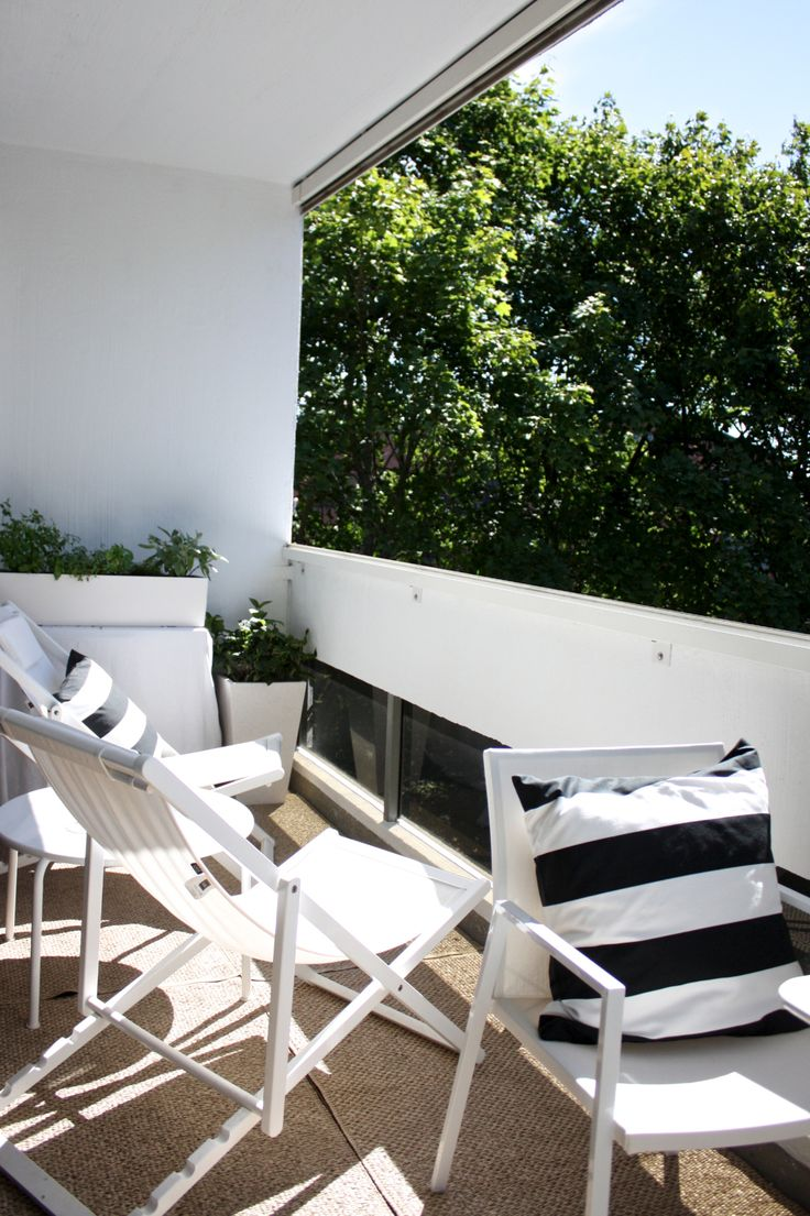 homevialaura   summer   city balcony   white outdoor furniture   Pappelina Svea rug in Nougat   striped cushion