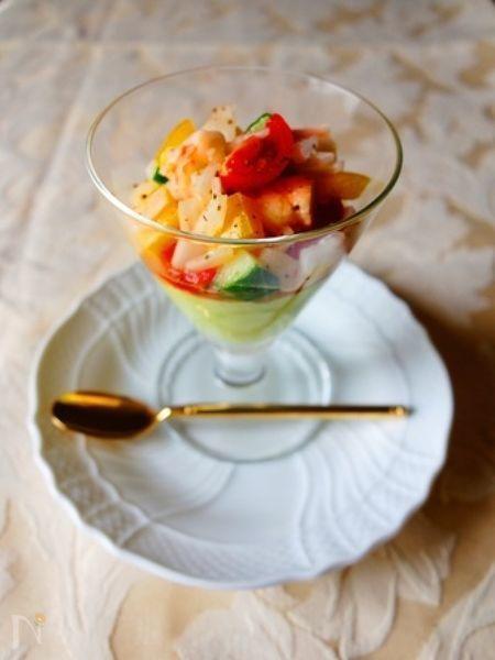 アボカドの緑に、カラフルな野菜と海老が映える簡単一品。見た目が華やかなのでおもてなしの前菜にも☆白ワインがすすみます♪