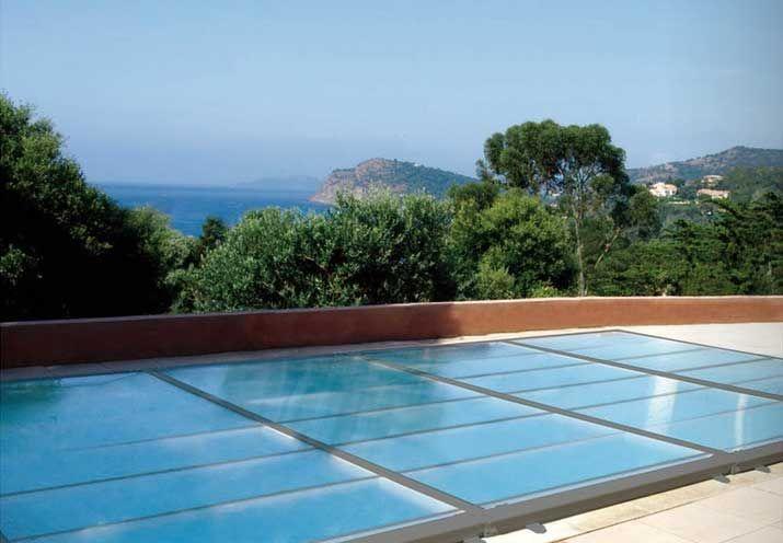 Sécurité piscine avec un abri plat, facile à monter et à démonter