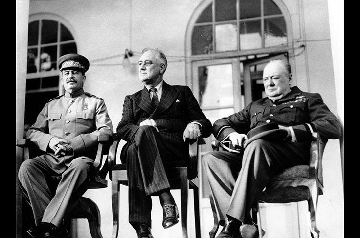 テヘラン会談に集った米英ソの首脳──左から、ソビエト連邦第2代指導者のヨシフ・スターリン、米第32代大統領フランクリン・ルーズベルト、英国首相ウィンストン・チャーチル。1943年11月28日撮影。テヘラン会談の後、3カ国の首脳が一堂に会するカンファレンスは、ヤルタ会談、ポツダム会談と続いていく。
