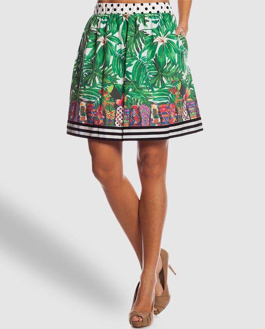 Falda corta con estampado tropical, cintura elástica y dos bolsillos laterales.