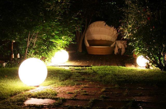 Illuminare il giardino a costo zero