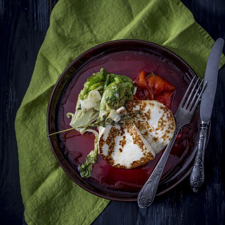 Grill gomolya sajt - marinált kápiával, grillezett salátával | Amennyiben a grill gomolya rajongója vagy, elég ránézned erre az ételre és már a szádban érzed a sajt semmivel sem összetéveszthető ízét, ugye? Mmm… Képzeld el, hogy ezzel a finomsággal leped meg kedvesed, aki fáradtan, kimerülten érkezik haza a munkából. Te pedig voilá, tálalod az elképesztően észbontó finomságot. A gomolya füstös aromáját a grillezés kiemeli, míg az édes-sós ízkavalkádról a marinált kápia gondoskodik. Ez a…