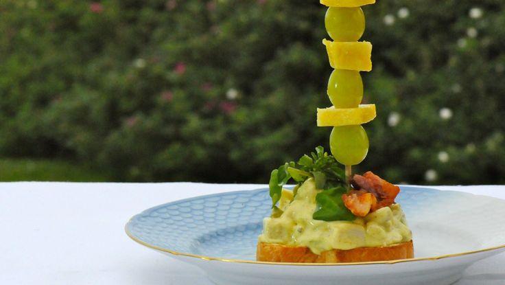 Hønsesalat - Hønsesalaten serveres på ristet brød med bacon og brønnkarse. Her er den pyntet med druer og ost. - Foto: Fra tv-serien Munter mat (Spise med Price) / DR