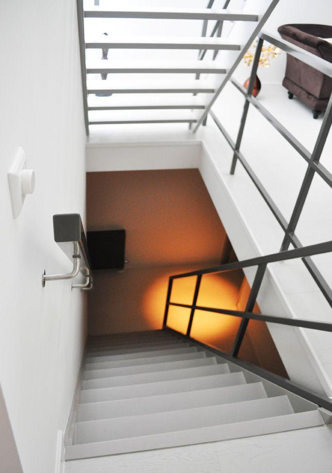 Deze woning in het centrum van Utrecht heeft een totale opfrisbeurt gekregen. De opdrachtgever wilde het gewoon mooier en beter. De wanden waren zacht geel spachtelputz, trappen en traphekken waren paars geschilderd en paars gestoffeerd, de badkamer had witte projecttegels en de woning had overal stalen binnendeurkozijnen met opdekdeuren en bovenlichten. Nu ligt er een... Read more »