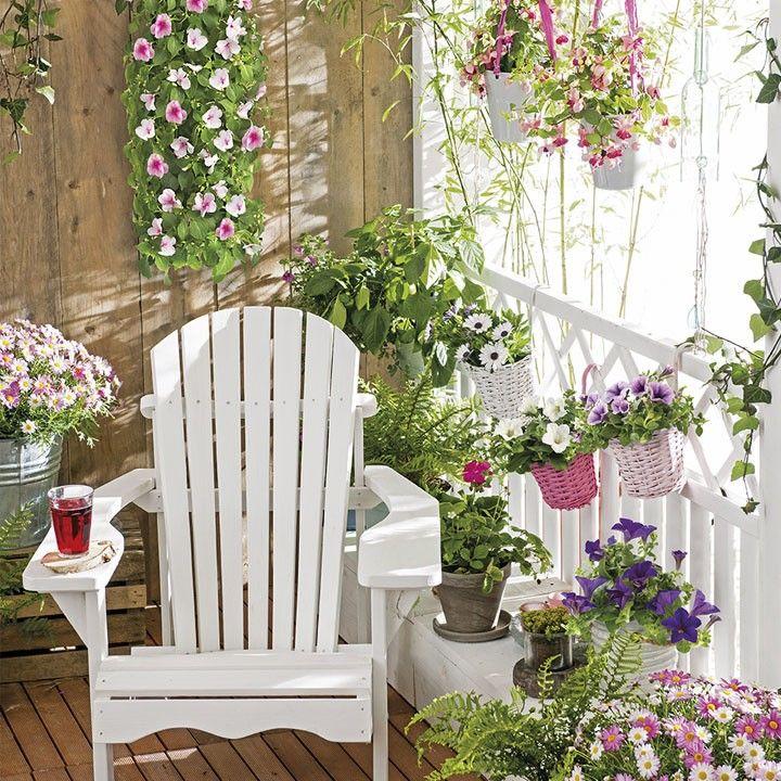 Een kleurrijke bloemenzee met verschillende zomerbloeiers. Het ziet er direct gezellig uit! #balkon #canadian chair #perkgoed #zomerbloeiers #bloemenzee #bloemen #balkon #terras #intratuin