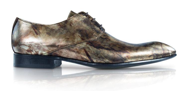 Mascolori maakt kwalitatieve schoenen met een artistiek design en met oog voor creatieve details, waardoor jij je onderscheidt van de massa. Jouw Mascolori's zijn grotendeels met de hand gemaakt in kleinschalige fabrieken in Portugal. Om de uniciteit van je schoenen te waarborgen worden ze in kleine oplagen vervaardigd. Mascolori's beschikken over een binnenvoering van kwalitatief schapenleer en hebben een met rubber geïnjecteerde lederen zool die met blauwe stiksels aan de schoen is ...
