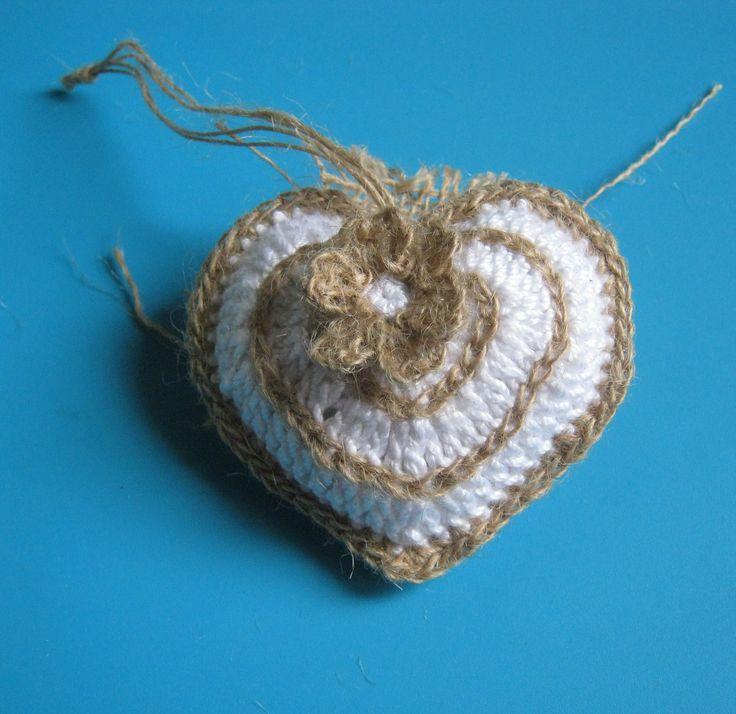 Uncinetto:cuore lavorato a uncinetto con bordura in iuta.