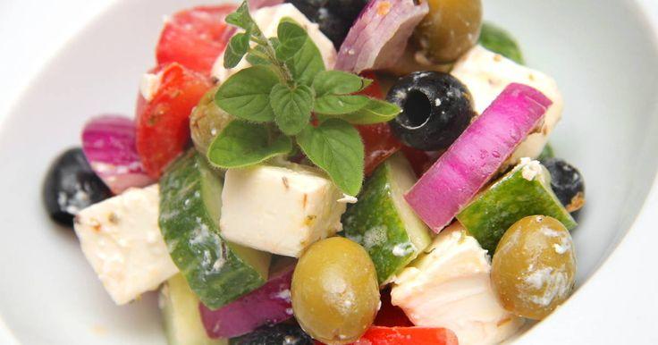 Mennyei Görög saláta recept (Horiatiki) recept! A görög saláta (Horiatiki) a legnépszerűbb saláták egyike. Ízvilága jellegzetes, és nagyon gazdag. Ez pedig egy eredeti görög saláta recept! :) Egyediségét a fetasajt, és az oregánó kölcsönzi. Megéri elkészíteni! :)