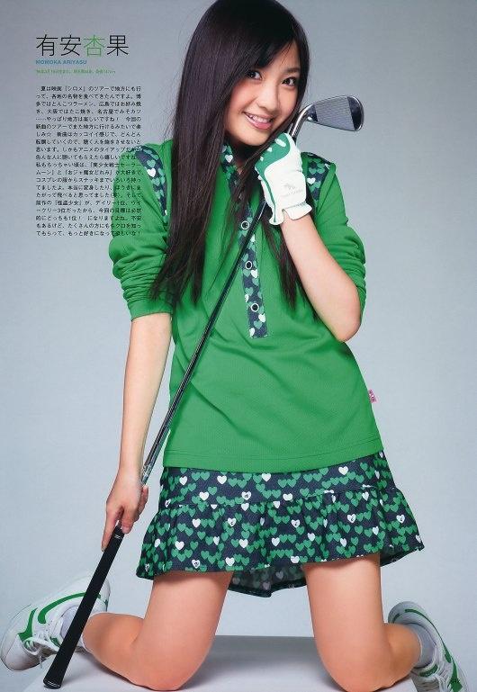 ミニスカート姿の有安杏果さん