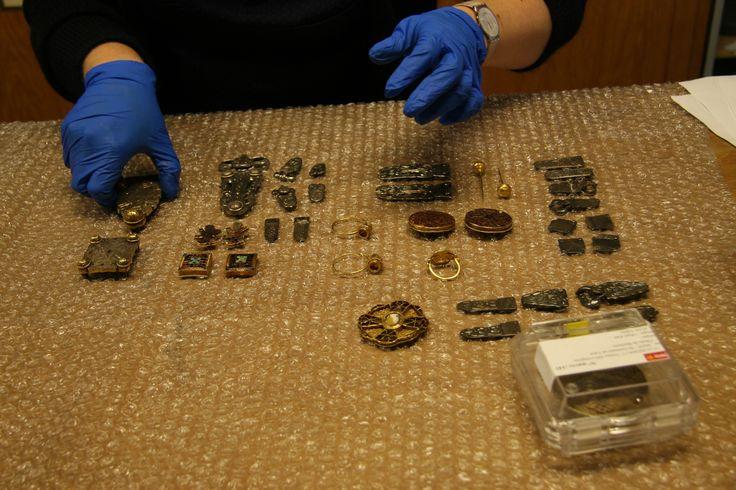 Constat d'état pour les objets mérovingiens de retour d'une exposition au musée de Cluny. (C) MAN/ P. Fallou