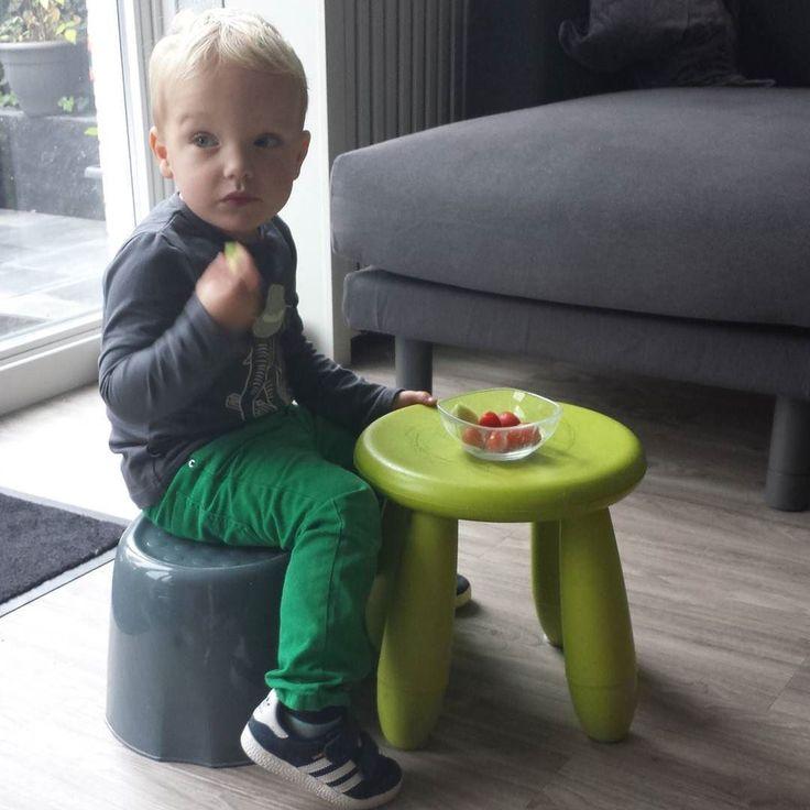 Thijs was naar de peuterspeelzaal vanmorgen en speelt thuis het eten en drinken nog een keer na aan een zelf bedachte tafel/stoeltje opstelling. Juf vond zijn elephant shirt heel gaaf  en mama kon mooi even #werkenaandewinkel #peuter #peuterspelen #groente #fruit #noeser