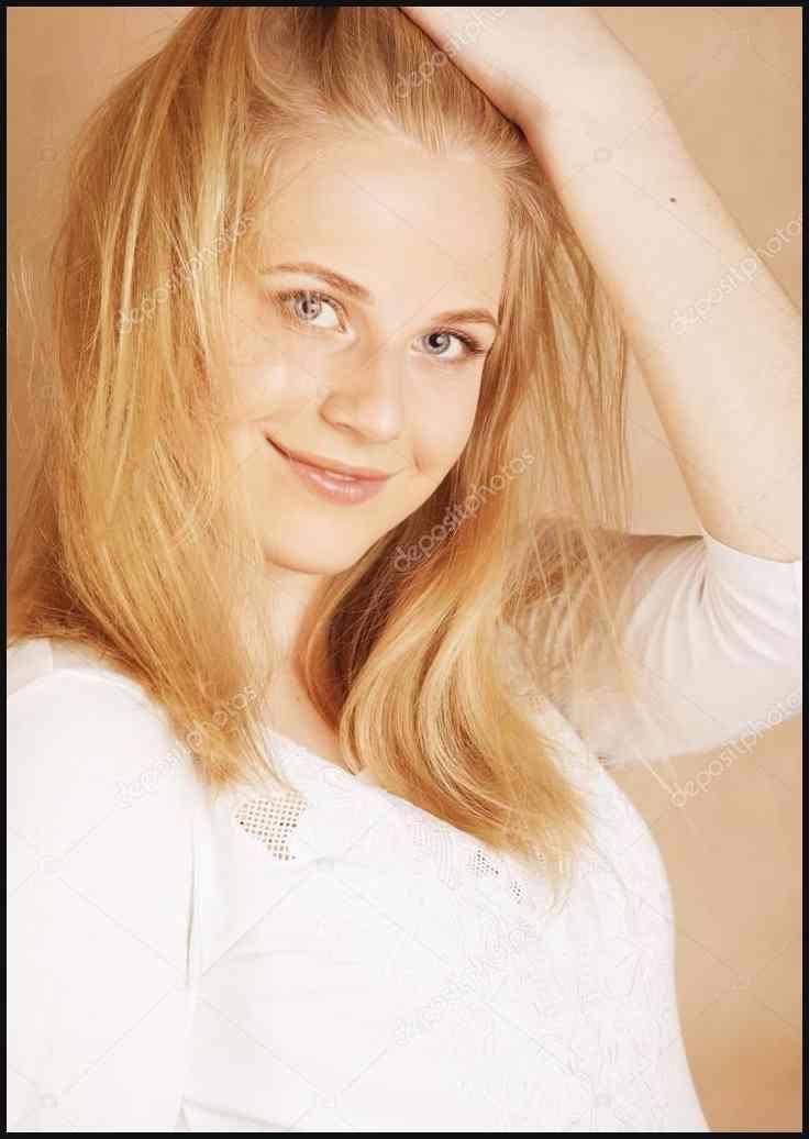 Junge Coole Blong Teenager Mädchen Mit Ihrem Haar Lächeln Frisuren