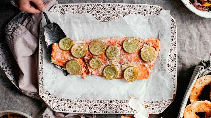 Saumon entier à partager, salade de betteraves, bagels et fromage à la crème