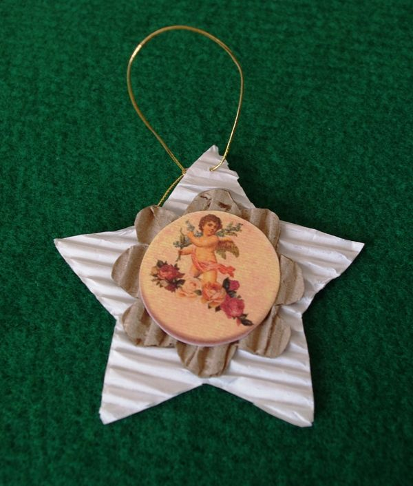 My creation. Christmas tree ornament handmade with corrugated cardboard, old postcards, paper decoupage Decorazioni per l'albero di natale fatte a mano con cartone ondulato, vecchie cartoline, carta da decoupage