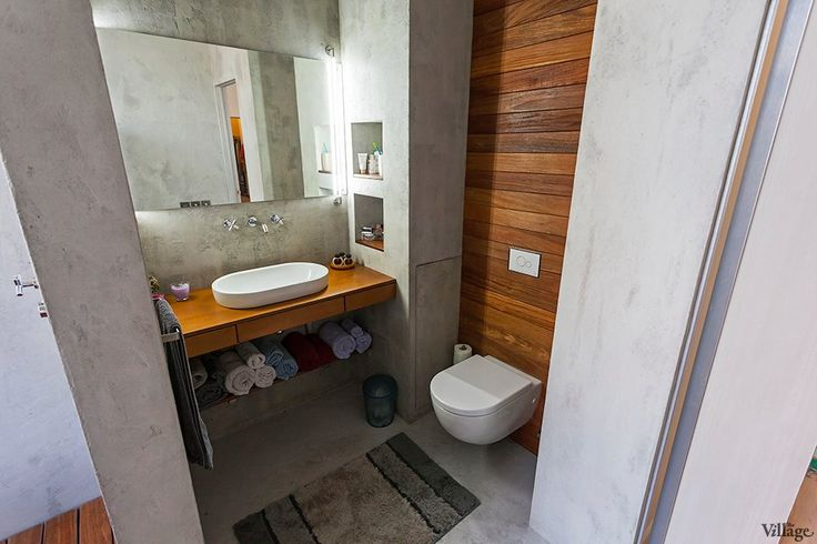 Неплохая тема для разделения спаренного санузла. Туалет и раковина в первой части помещения, а ванная/душевая в следующей. Ну и бетонные стены.