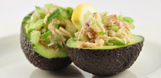 Deze gevulde avocado met tonijn is echt super, super lekker! En je kunt hem ook mooi opmaken en dan serveren als een sjiek voorgerecht.