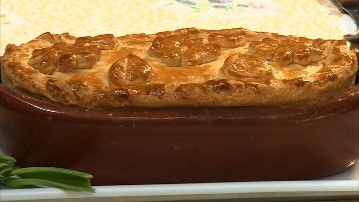 Quem ensina a fazer a receita de torta de alho poró é Maria Pereira, chefe de cozinha que trabalha há 17 anos na fazenda. O preparo é rápido e simples.