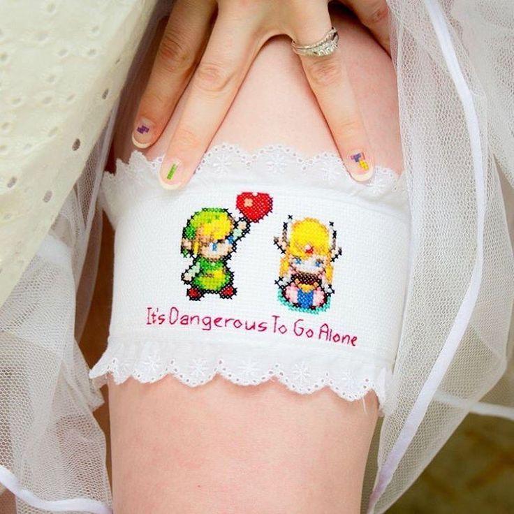 Natürlich gibt es auch für die Braut die passenden Accessoires: Wie wäre es zum Beispiel mit diesem Strumpfband? Die kleine Zelda-Figur erstrahlt waschecht in Pixelgrafik. Die Fingernägel in Tetris-Optik komplettieren den nerdigen Brautlook.  (Bild-Copyright: Instagram/sega_jennesis)