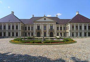 Jan Adam Ondřej z Lichtenštejnu v letech 1706 – 1712 zahájil další přestavbu,[2] ve stylu vrcholného baroka na trojkřídlou stavbu na podkovovitém půdorysu s dvorem, který lemují hospodářské budovy. Za autora přestavby je považován italský architekt Domenico Martinelli, vnitřek zámku vyzdobil vídeňský štukatér Santini Bussi.[3]