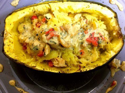 Spaghettikürbis mit einer Hähnchen-Paprika-Käsesoße: ein leckeres Lowcarb-Abendessen ein perfekter Ersatz für Pasta und Kartoffeln. Nährwerte hier!