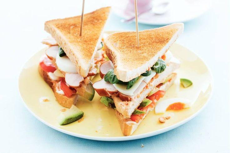 Clubsandwich met ei, kip  avocado