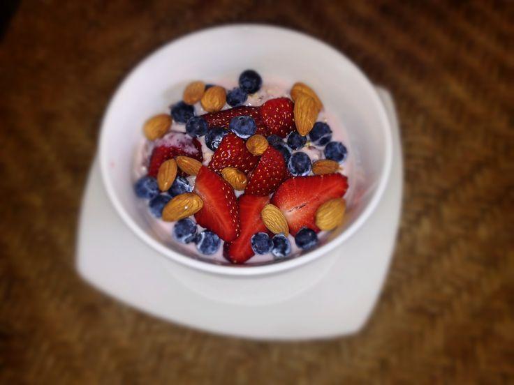 Avena+yogurt+linaza+canela+1cda polvo de proteinas+frutillas+arandanos+almendras Rico y saludable desayuno!