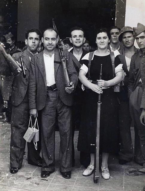 DefensaDeMadrid Twitter Milicianos a las puertas del cuartel de La Montaña la única guarnición que se sublevó en Madrid. Read more at http://yfrog.com/es3d8agj#VEmII2sv7KTjWT01.99