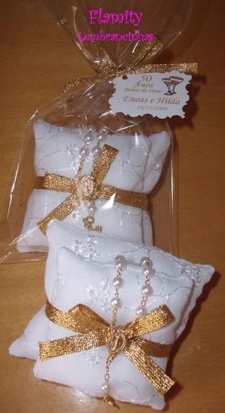 Sachê Duplo Lese Bordado com Mini Terço Dourado  Duas almofadas unidas com fita ouro e finalizada com Mini Terço ouro - LE175