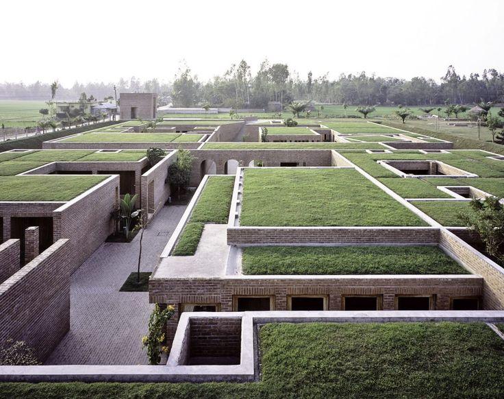 El complejo se encuentra protegido por un pequeño muro de contención debido a que está construido sobre tierras bajas propensas a las inundaciones.