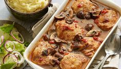 Kylling i fad er en god hverdagsret, der skal hygge sig i ovnen i 45 min. Kyllingelårene ligger i en lækker sauce af tomater, bouillon, oliven og bøde champignoner. En dejlig varm ret til blæsende efterårsvejr.