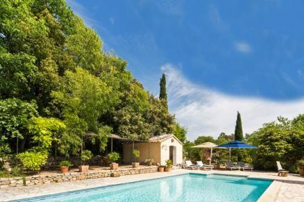 """""""Bastide des Muriers"""" (Lorgues) - Zeer luxe Provençaals landhuis met privé zwembad op slechts 1 km afstand van het pittoreske dorp Lorgues. Ruimte en luxe kenmerken deze bijzondere bastide. Voor zowel het interieur als het exterieur geldt dat alles bijzonder smaakvol is ingericht. Gelegen tussen wijngaarden en olijfbomen biedt de bastide dankzij het ruime privé terrein van 2 hectare 100% privacy. De villa is geschikt voor 8 volwassenen en 2 kinderen."""