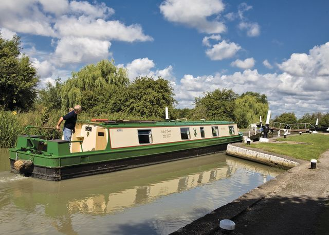 One of our Wild Sorrel class hire boats entering Calcutt bottom lock  #narrowboat #canal boat #narrowboatholidays  www.calcuttboats.com