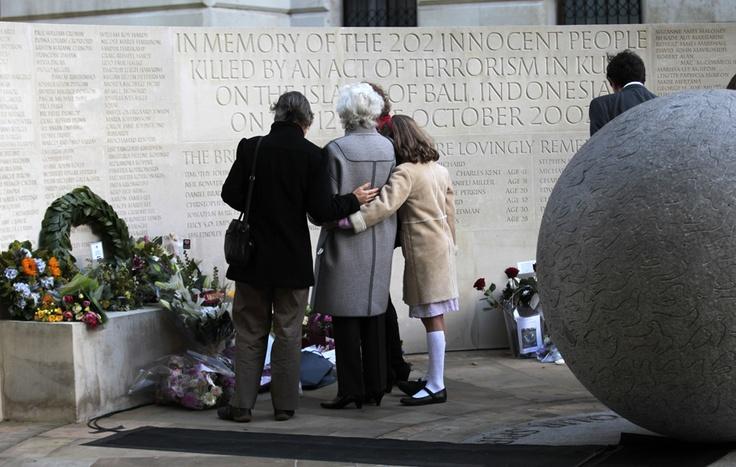 Le commemorazioni a Londra per il decimo anniversario degli attentati di Bali, che hanno causato 202 morti. (Sang Tan, Ap/Lapresse)