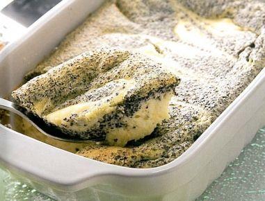 Backrohr auf 160°C vorheizen.Für den Topfenkuchen mit Mohn Milch kurz aufkochen lassen, vom Herd nehmen, Mohn unterrühren und ca. 10 Minuten