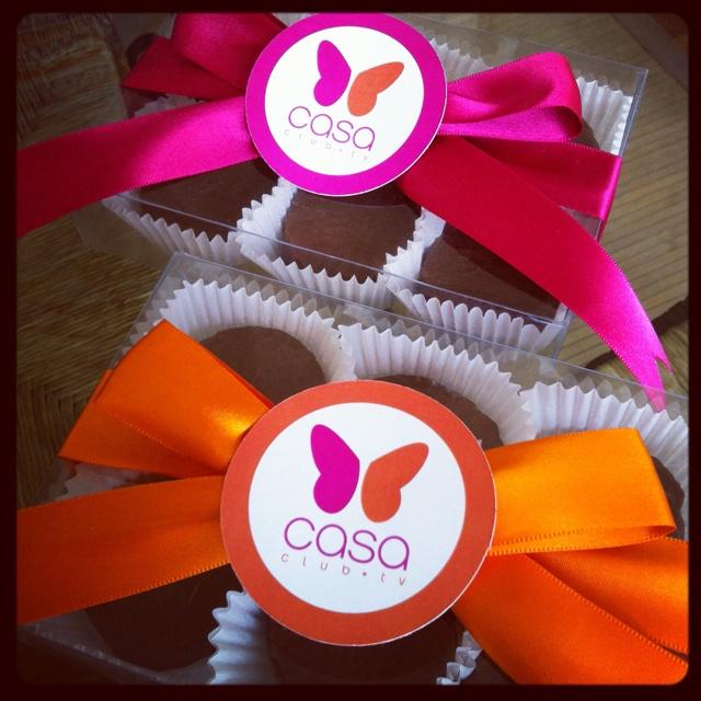 Mazapanes cubiertos de chocolate en caja de acetato, para Casa Club TV.   www.cocoacreaciones.com