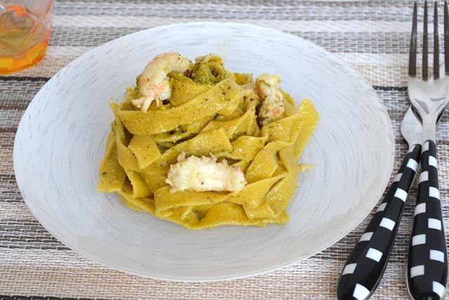 Le tagliatelle con scampi e pesto di pistacchi sono un primo piatto di mare semplice e raffinato che farà gola anche a chi storce il naso davanti