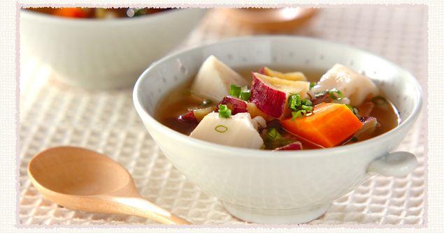 【干し芋の根菜スープ】トーストで焼いた干し芋の食感と、 きな粉のようなピーナッツの香ばしい香りがベストマッチ!