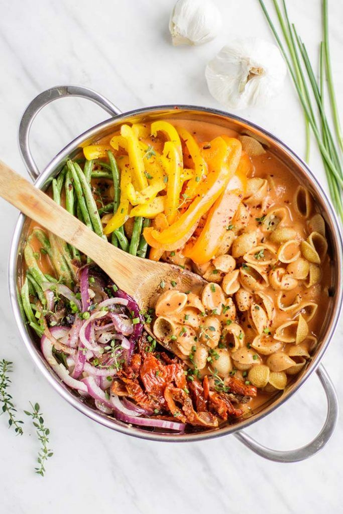 Vegan One Pot Pasta / This gluten free pasta is smothered in a dairy free creamy…