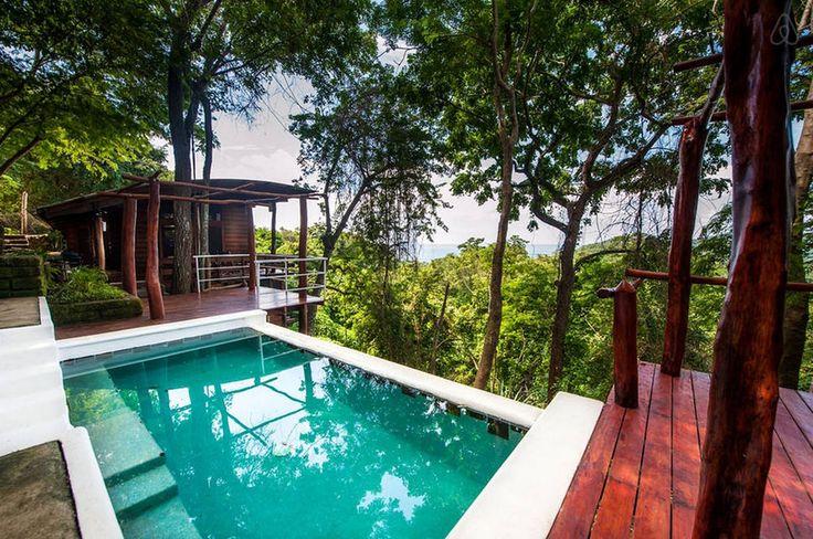 Casa Arbol, San Juan del Sur, Rivas, Nicarágua -  O sonho de ficar numa casa na árvore não é impossível. Rodeada pela natureza, a Casa Arbol traz à tona as memórias da infância, mas tem o luxo que todo adulto gostaria de ter. A piscina deixa a estadia ainda mais divertida.