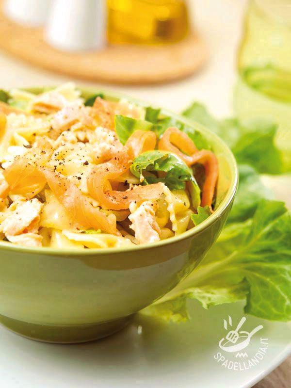 Pasta salad with salmon and cream cheese - L'Insalata di pasta con formaggio fresco, salmone e indivia è una pietanza leggera e sana, adatta a tutti e ottima per una pausa pranzo light.
