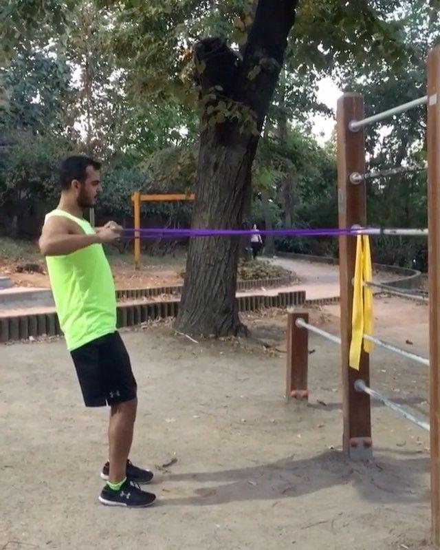Dışarda, evde direnç bandı ile yapabileceğiniz özellikle sırt kaslarını çalıştıran egzersiz videosunu @murat.demirci sizler için hazırladı. #underarmourturkey