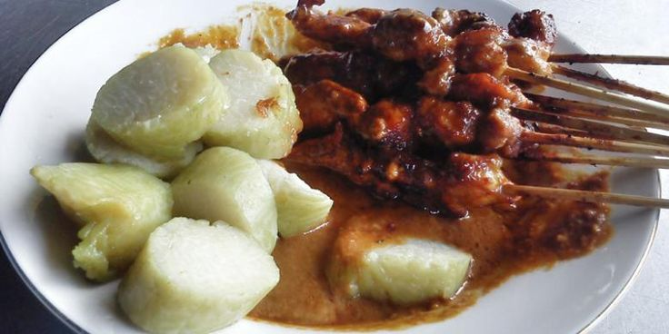 sate ayam, makanan indonesia, kuliner indonesia, bumbu kacang, jajanan, sate madura, lontong