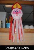 Leuke Sint van rond vouwkartonnetje en rood-witte crêpe papieren linten als mantel!