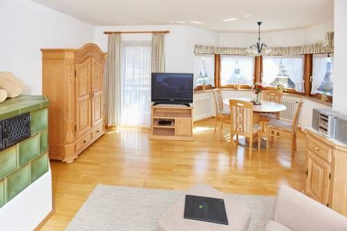 Ferienwohnung M�ller Oberstdorf Ferienwohnung M?ller offers accommodation in Oberstdorf, 1 km from Erdinger Arena. The property is 700 metres from Nebelhornbahn Sektion I and free private parking is provided.